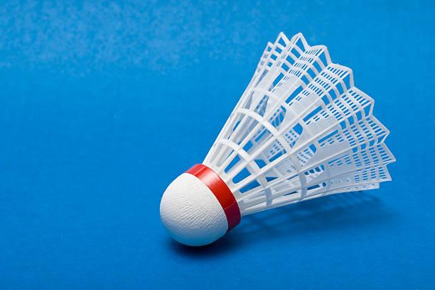 Volant de badminton sur bleu - Photo
