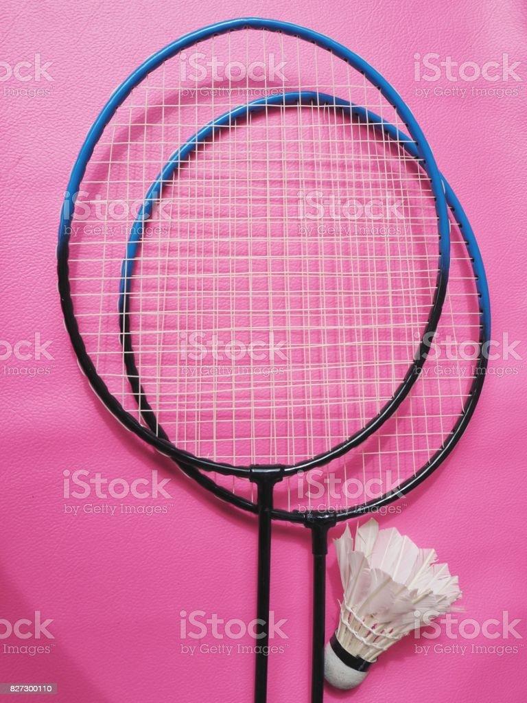 Shuttlecocks badminton raket üzerinde pembe bir arka plan ile stok fotoğrafı