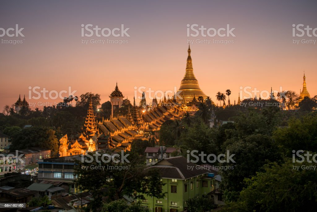 Shwedagon pagoda at sunrise with clear sky. photo libre de droits