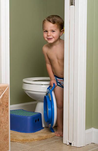 schüchtern töpfchen für kleinkinder im badezimmer - fliesen verlegen stock-fotos und bilder