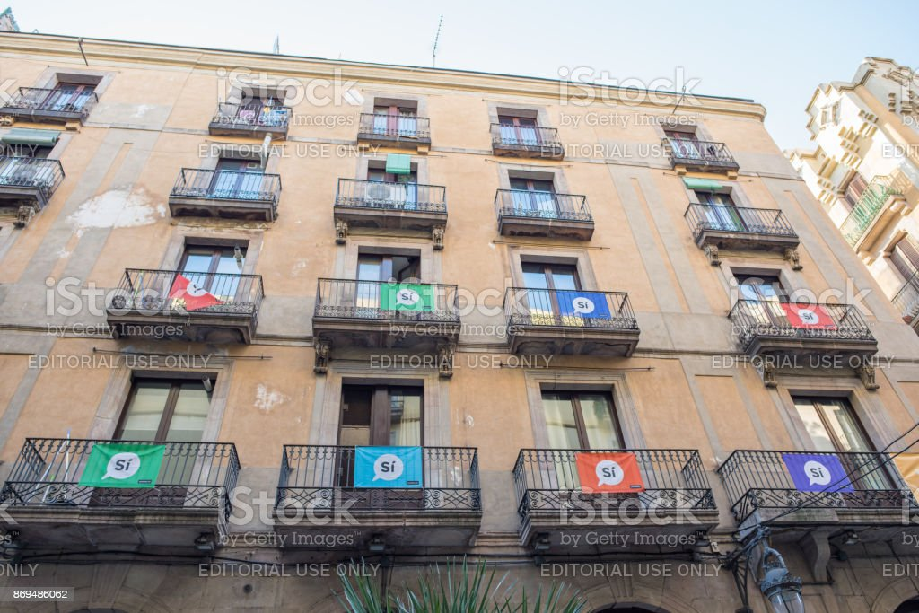 'Si' ads hanging from balconies in Barcelona stock photo