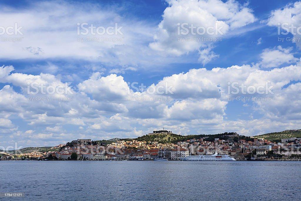 Sibenik-croata cidade durante um dia ensolarado - foto de acervo