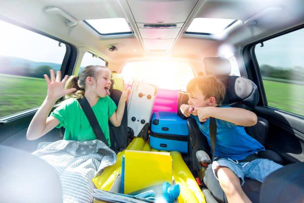 Geschwister streiten im Auto während einer langen Autofahrt – Foto