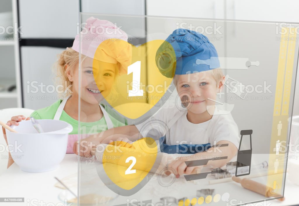 Geschwister, die Backen mit Hologramm-Schnittstelle – Foto