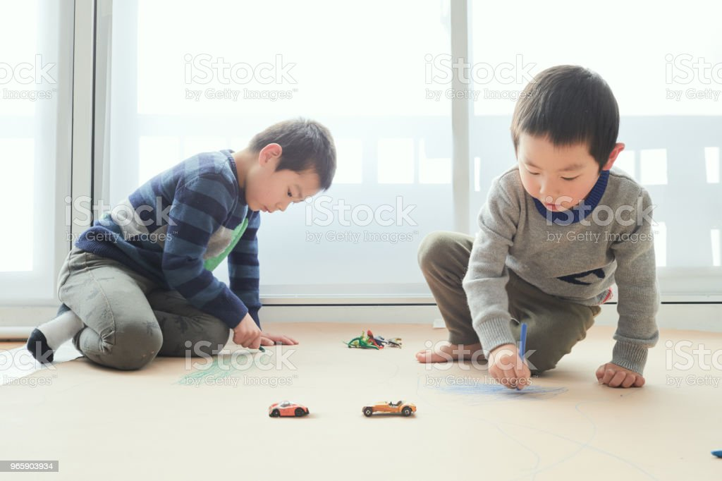 Siblings drawing on floor with toy - Royalty-free 4-5 Years Stock Photo
