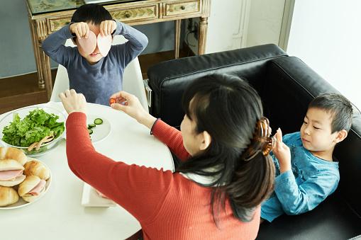 Broers En Zussen Maken Ontbijt Met Moeder In Huis Stockfoto en meer beelden van 4-5 jaar