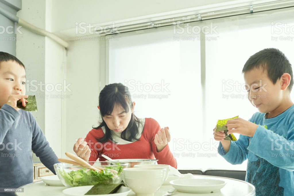 Siblings making breakfast with mother in home - Royalty-free 4-5 Years Stock Photo