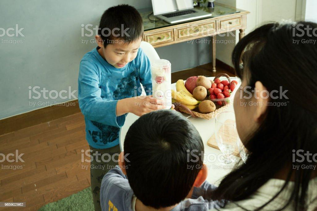 Broers en zussen maken ontbijt met moeder in huis - Royalty-free 4-5 jaar Stockfoto
