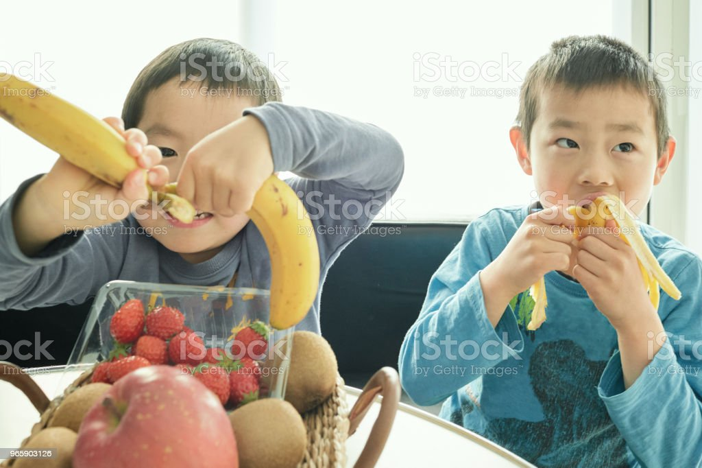 Siblings making breakfast with mother in home - Royalty-free 4-5 Anos Foto de stock