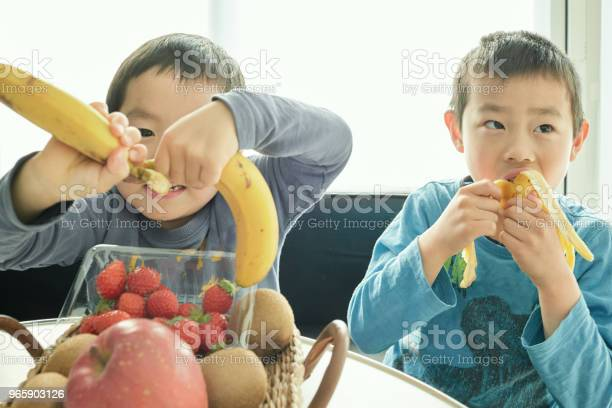 Siblings Making Breakfast With Mother In Home - Fotografias de stock e mais imagens de 4-5 Anos
