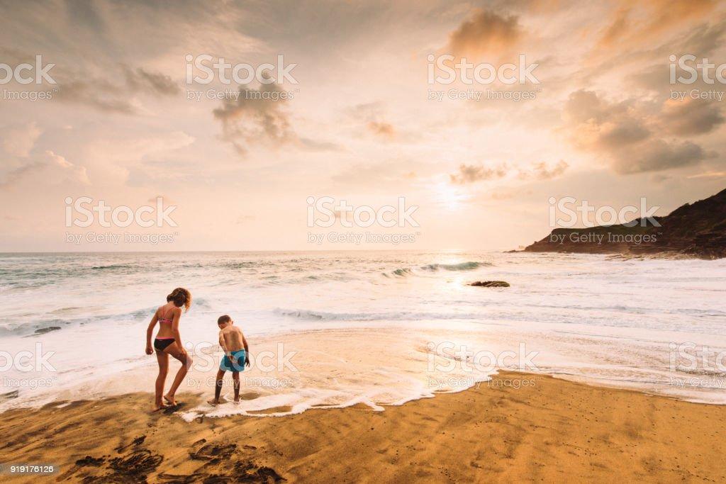Geschwister spielen am Strand in Mexiko – Foto