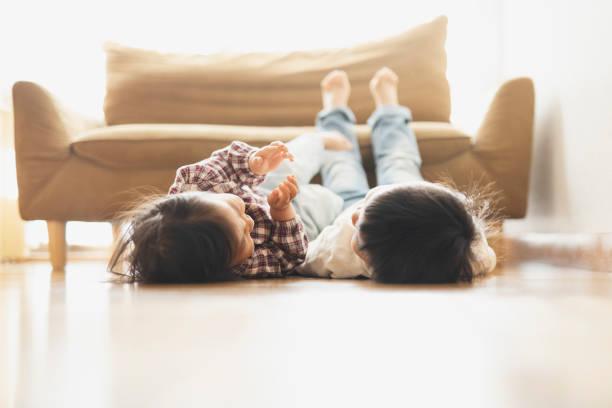 Irmãos relaxados em casa - foto de acervo
