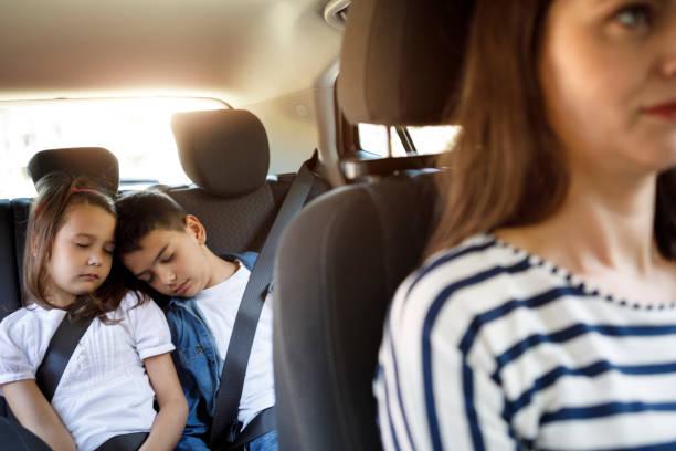 frères et sœurs, dormir dans la voiture - child car sleep photos et images de collection