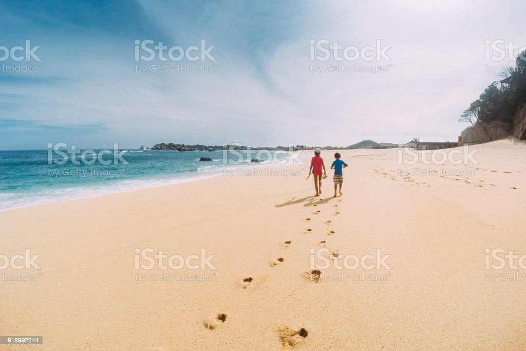 Geschwister gehen einem Deserted Oaxaca Strand in Mexiko – Foto