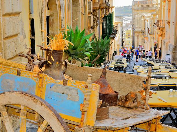 sicilian cart in noto, sicily, on a celebration day - noto sicilië stockfoto's en -beelden