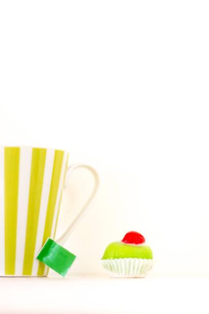 西西里 cassata 小四;茶杯;白色背景 - cassata 個照片及圖片檔