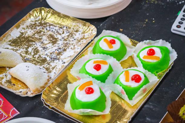 西西里甜迷你卡薩塔蛋糕和卡薩特爾與裡科塔在布裡克巷市場倫敦 - cassata 個照片及圖片檔