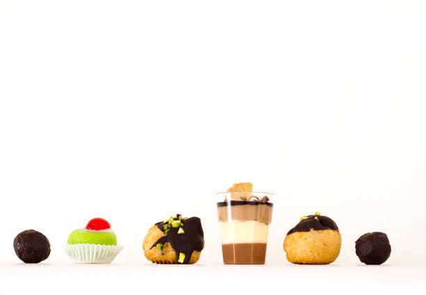 西西里: 美麗的糕點排在架子上;白色背景 - cassata 個照片及圖片檔