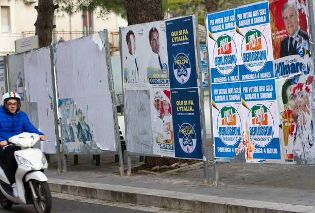 sicilien, italien: scooter blixtlås av politiska affischer - italy poster bildbanksfoton och bilder