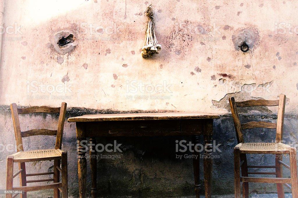 Stühle An Die Wand Hängen sizilienstil rustikale stühlen und tisch fleckig wand hängen
