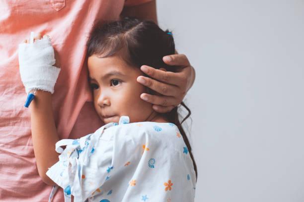 Kranken kleinen Kind Asiatin, die IV-Lösung haben bandagiert umarmt ihre Mutter – Foto