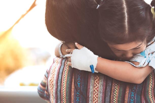 krankes kind mädchen umarmt und ruht auf mutters schulter im krankenhaus - was bringt unglück stock-fotos und bilder