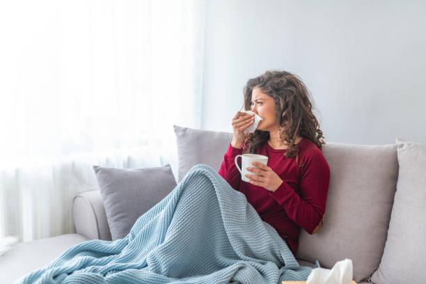 kranke verzweifelte frau hat grippe. - erkältung und grippe stock-fotos und bilder