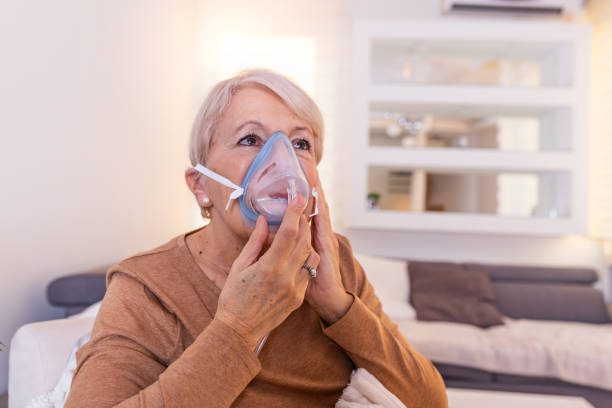 Sick elderly woman making inhalation, medicine is the best medicine. Ill senior woman wearing an oxygen mask and undergoing treatment. Senior woman with an inhaler Sick elderly woman making inhalation, medicine is the best medicine. Ill senior woman wearing an oxygen mask and undergoing treatment. Senior woman with an inhaler medical oxygen equipment stock pictures, royalty-free photos & images