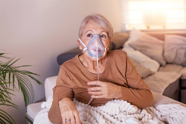 Sick elderly woman making inhalation, medicine is the best medicine. Ill senior woman wearing an oxygen mask and undergoing treatment. Senior woman with an inhaler Sick elderly woman making inhalation, medicine is the best medicine. Ill senior woman wearing an oxygen mask and undergoing treatment. Senior woman with an inhaler oxygen mask stock pictures, royalty-free photos & images