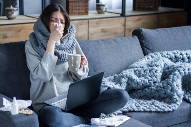 sjuka kvinnor med förkylning och influensa. hälso-och sjukvårds konceptet - förkylning och influensa bildbanksfoton och bilder