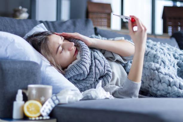 감기와 독감에 걸린 여성. 헬스케어 개념 - 온도 뉴스 사진 이미지