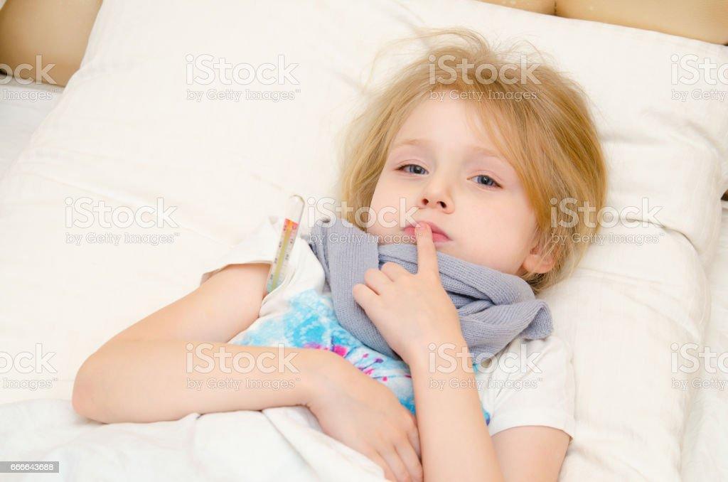Ziek Meisje Liggend In Het Bed Met Temperatuur Stockfoto En Meer