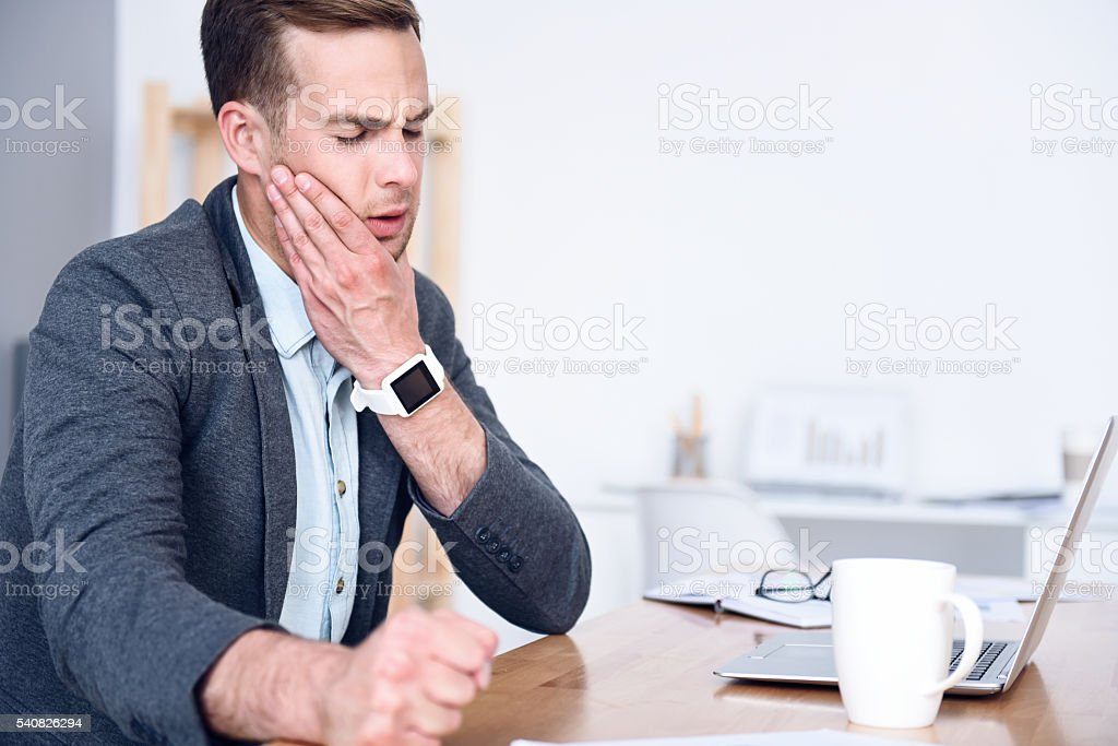 Sick man sitting at the table - foto de stock