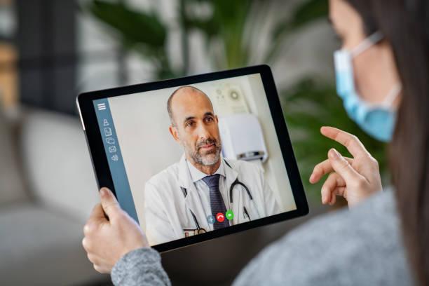 paciente enfermo en videoconferencia con el médico - telehealth fotografías e imágenes de stock