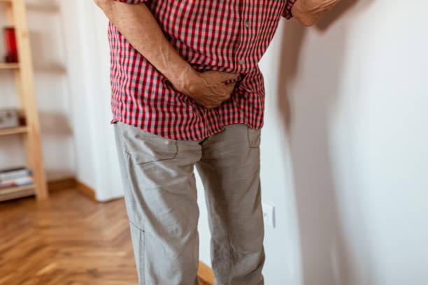 vieil homme aîné malade avec le cancer de la prostate, inflammation de prostate, éjaculation prématurée, fertilité, maladie de problème de réservoir souple, soins de santé d'homme et problème de santé aîné de prostate - Photo