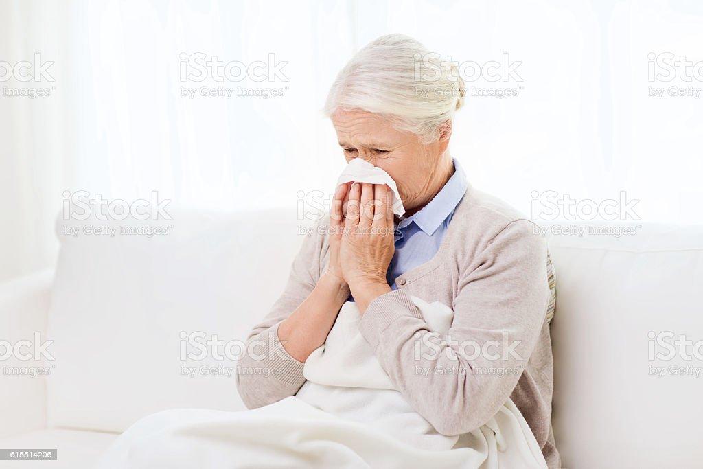 Kranke Ältere Frau Blasen Nase auf Papier Serviette – Foto