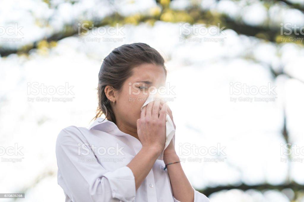 Kranke Frau Blasen seine Nase in Gewebe, im Freien – Foto