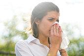 女性の病気の鼻をかむには、屋外組織