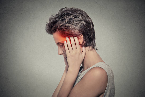 kranke frau, ohren schmerzen kopfschmerzen. tinnitus. - höhenangst stock-fotos und bilder