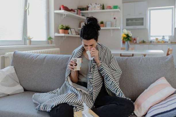 mujer enferma - síntoma fotografías e imágenes de stock