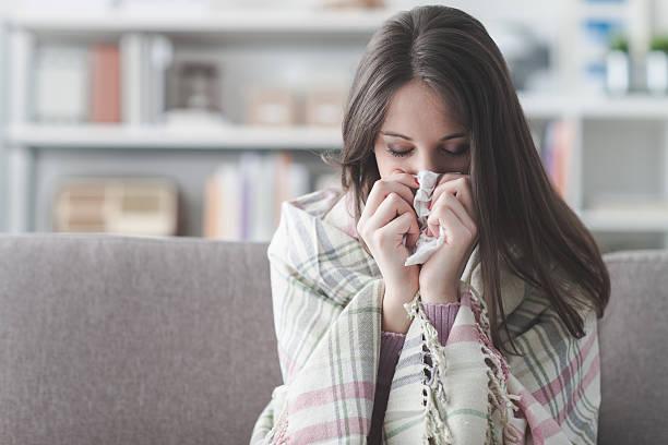 kranke frau mit grippe - erkältung und grippe stock-fotos und bilder