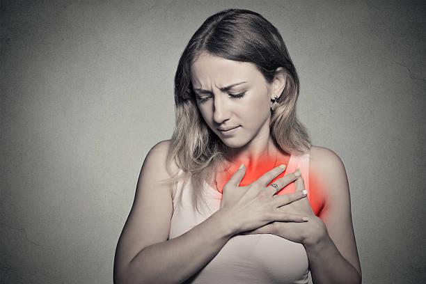 kranke frau mit herzinfarkt, schmerzen, problem holding brust - herz lungen training stock-fotos und bilder