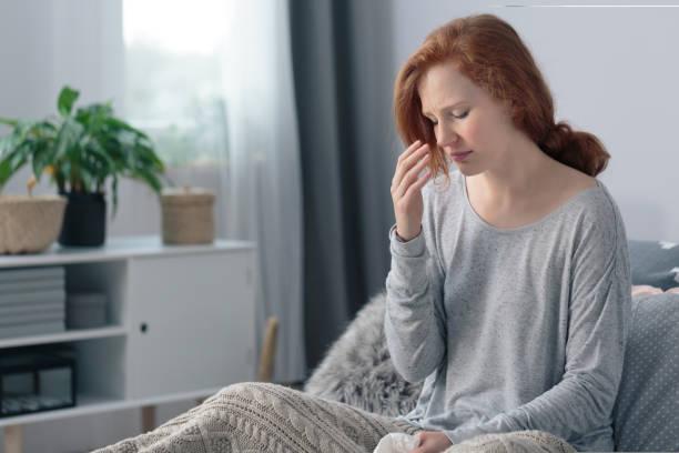zieke vrouw met hoge koorts - bijholte stockfoto's en -beelden