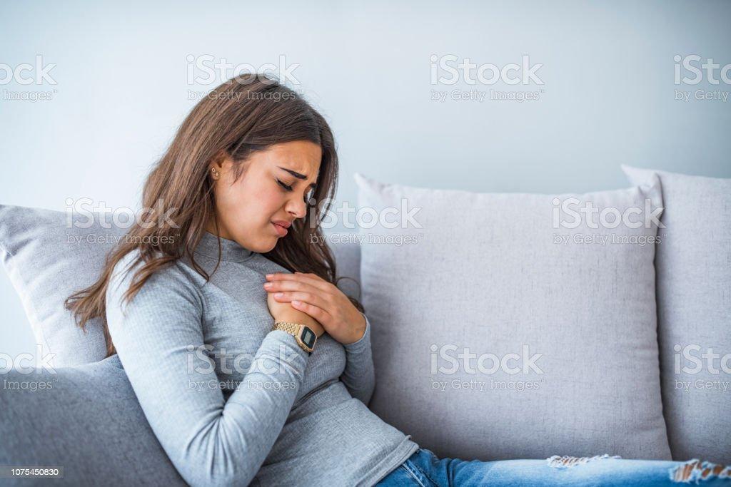 Mujer enferma con problemas de indigestión - foto de stock