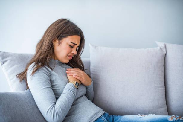 sjuk kvinna med matsmältningsbesvär problem - matsmältningsbesvär bildbanksfoton och bilder