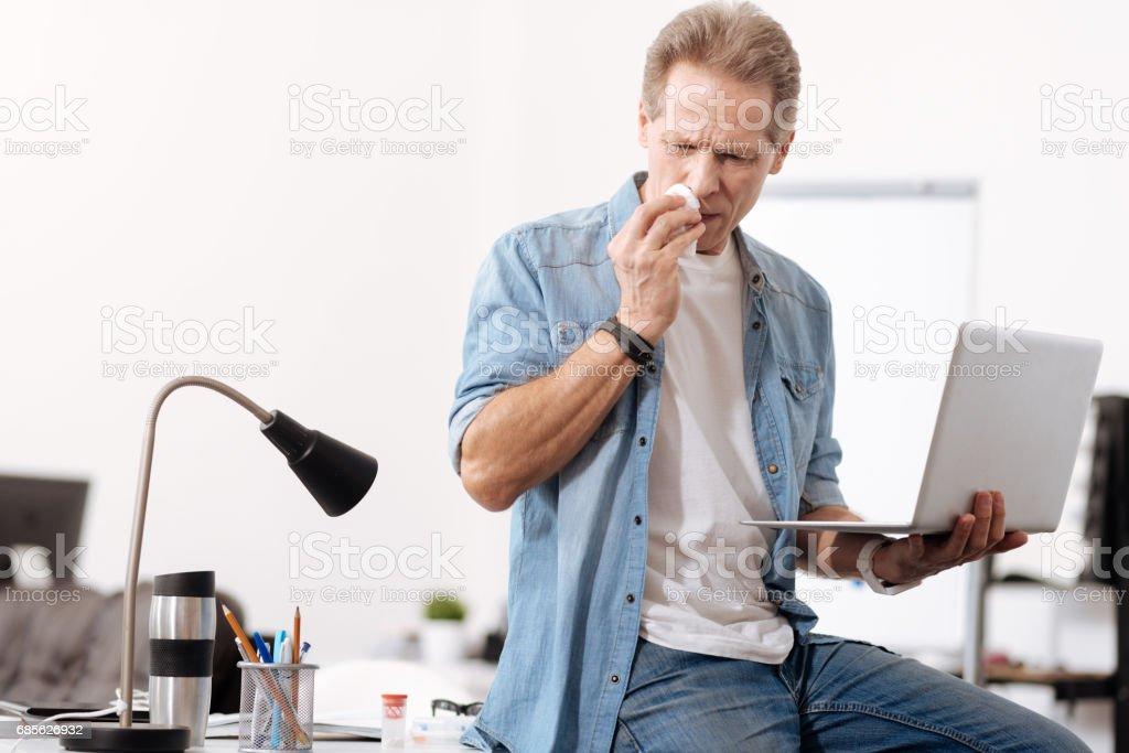 Kranke Arbeitnehmer mit Laptop in linke hand Lizenzfreies stock-foto
