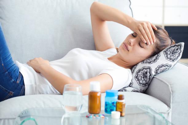 Canapé couchage malade jeune femme - Photo