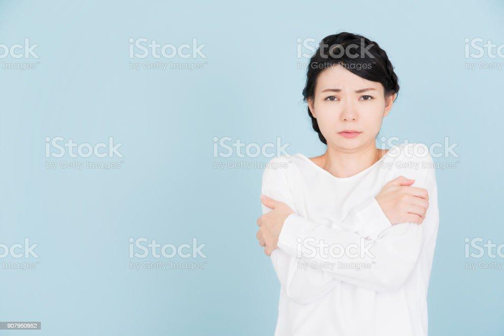 Mujer joven enferma - foto de stock