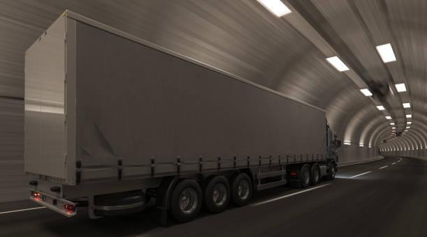 Seiten-und Rückansicht eines Semi-Trucks in einem Tunnel – Foto