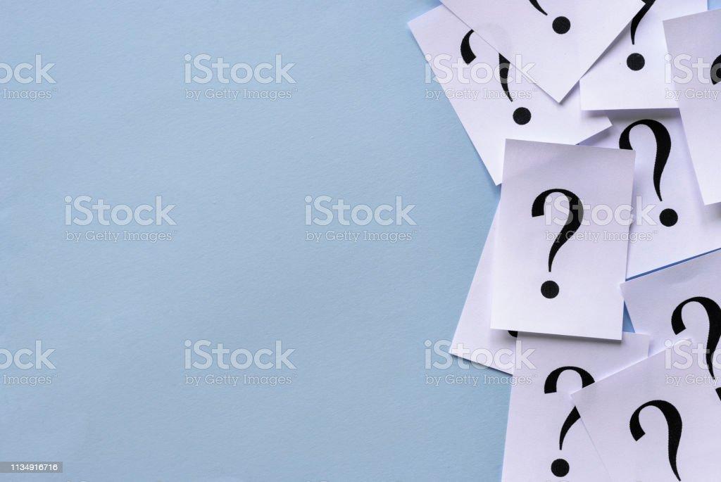 Seitenrand von bedruckten Fragezeichen auf Papier – Foto